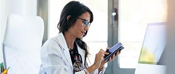Médecin avec son téléphone portable