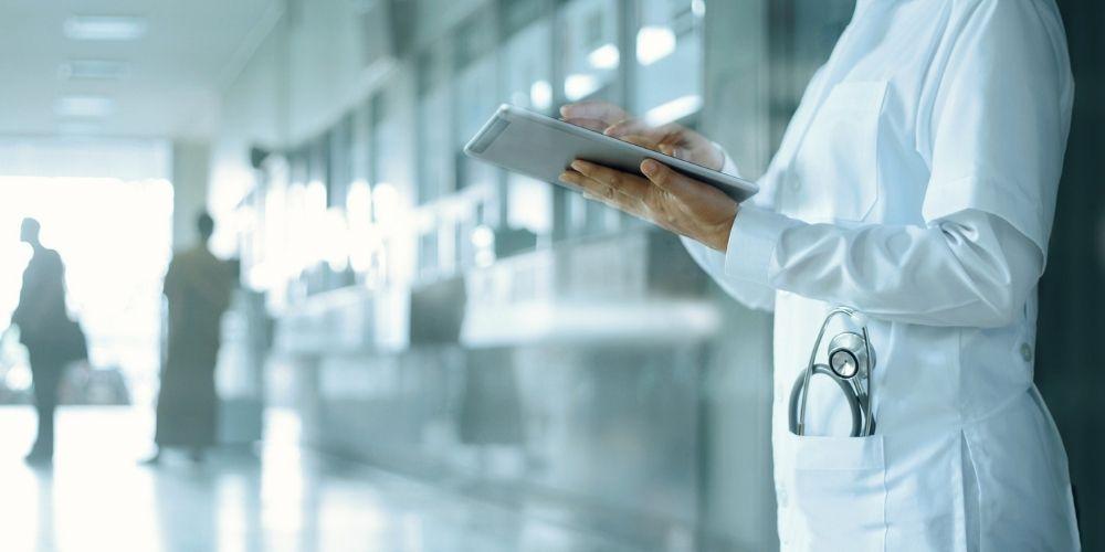 Parmi les dispositifs numériques, la domomédecine débouche sur une meilleure surveillance du malade à domicile et diminue ainsi le taux de récidive des pathologies.