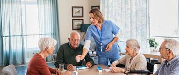 Aide-soignante donne médicaments