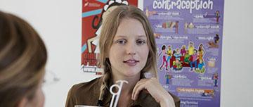 Une adolescente reçoit des informations dans un centre de plannification familiale