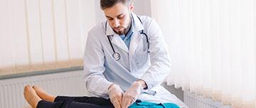 Un médecin examine une patiente