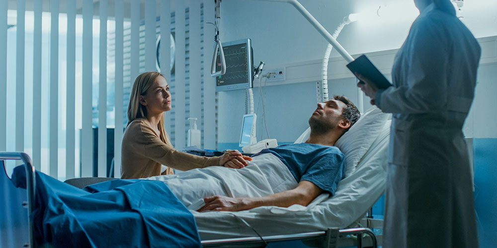 Une femme au chevet d'un malade