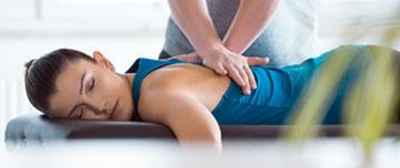 kinésithérapeute pratique massage sur patiente