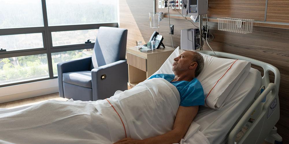 Un patient dans son lit d'hôpital
