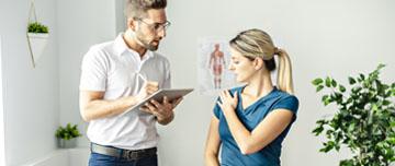 ostéopathe questionne patiente