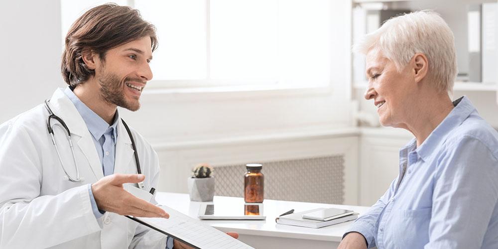 Un médecin recueille le consentement éclairé de sa patiente