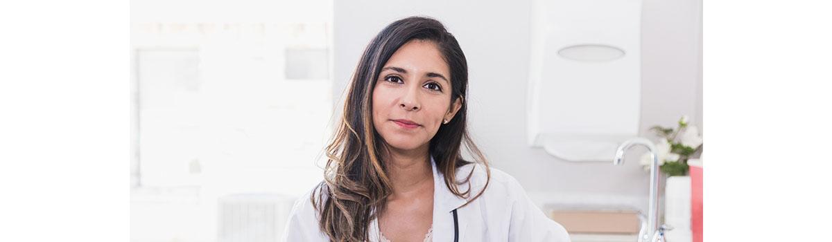 Une infirmière libérale dans son cabinet