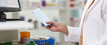Un pharmacien lit une ordonnance