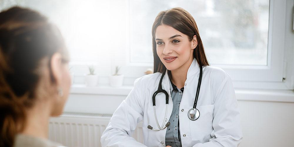Un médecin femme en consultation avec sa patiente