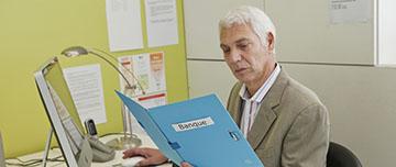 medecin regarde dossier banque