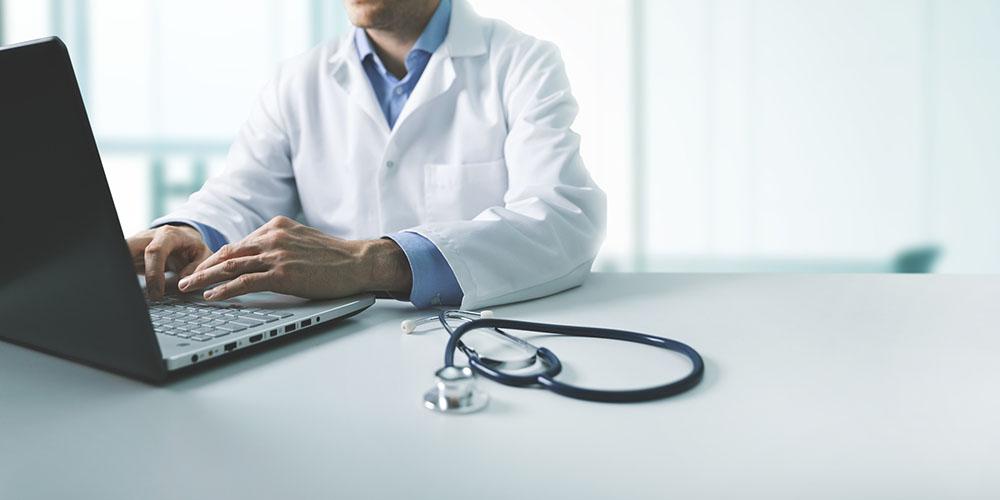 Un médecin devant son ordinateur