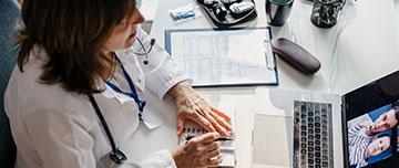 Une femme médecin pratique la téléconsultation