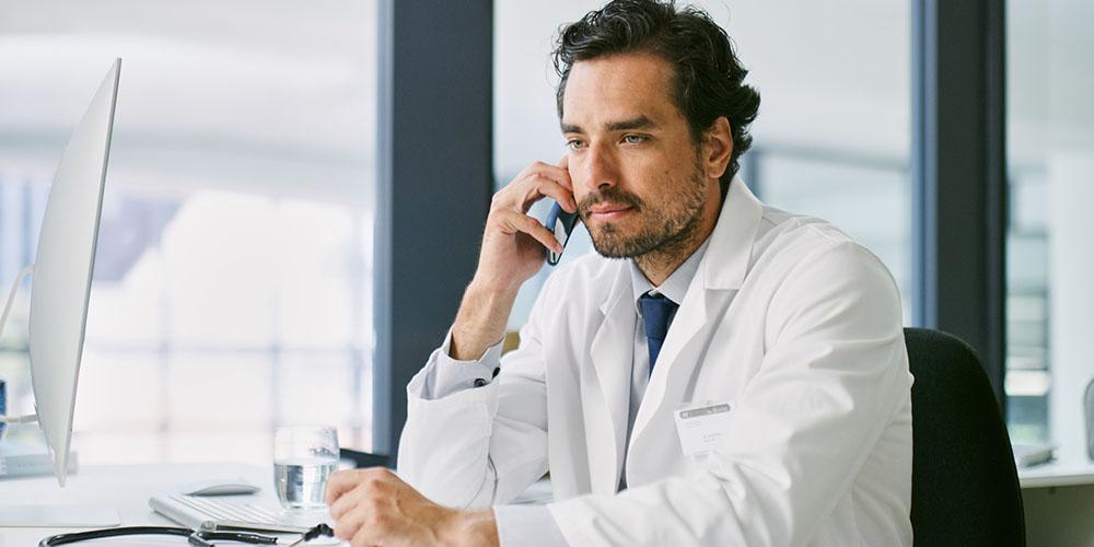 Médecin au téléphone