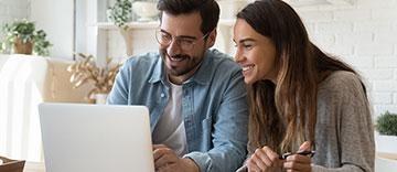 Couple faisant des achats sur Internet