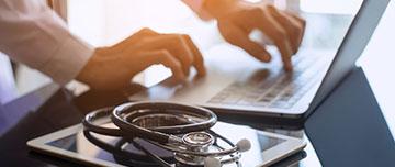 Un médecin transmet des documents par mail