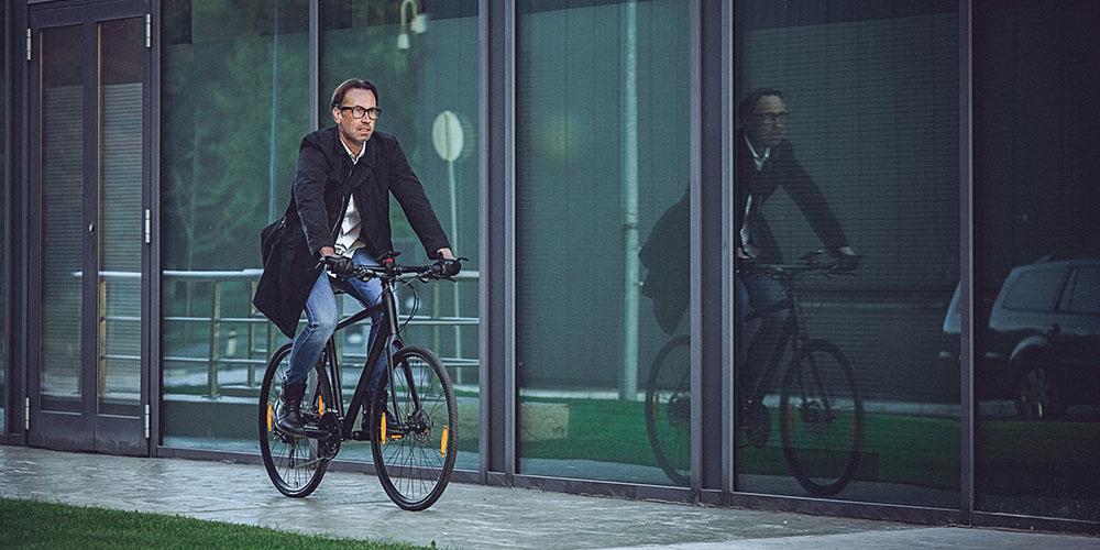 Un homme se rendant au travail en vélo