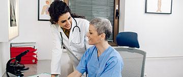Un médecin et son assistante médicale