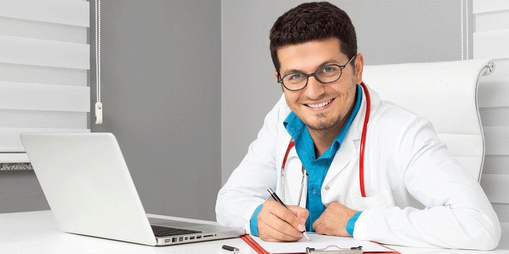 Jeune médecin souriant gel tarifs 2021 MACSF