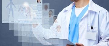 Médecin consulte dossiers médicaux
