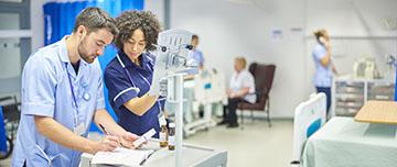 deux infirmiers préparent les médicaments des malades