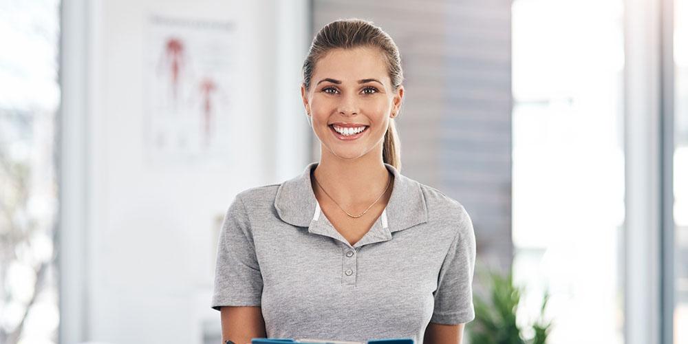 Femme masseur-kinésithérapeute