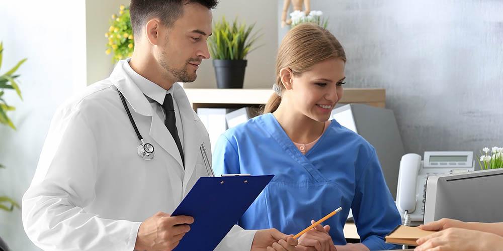 Un médecin essayant de bien manager sa secrétaire