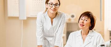 Un médecin accompagné de son assistante médicale