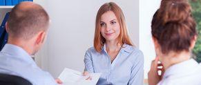 Une jeune diplômée passe un entretien d'embauche