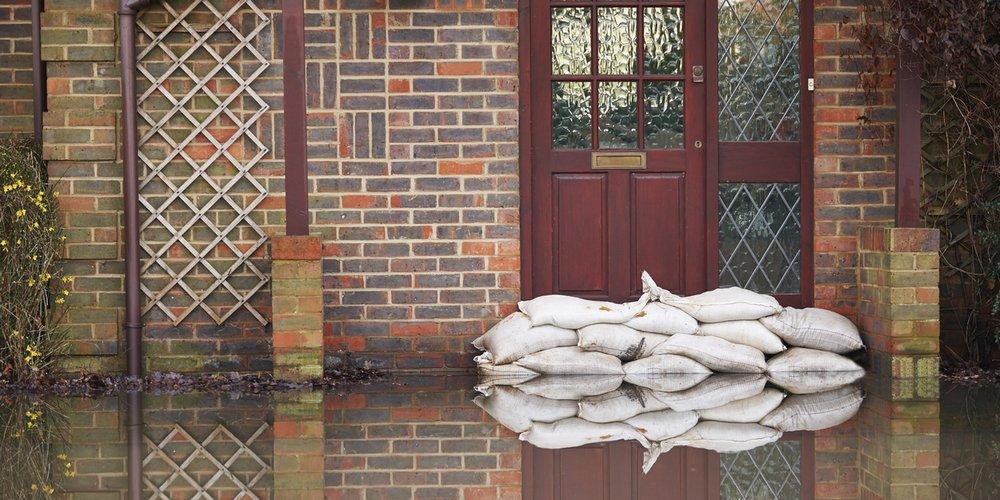 Des sacs de sable protège la maison de l'innondation.