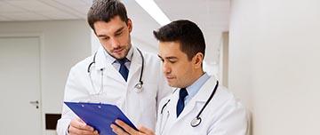 Deux médecins relisant un contrat de remplacement