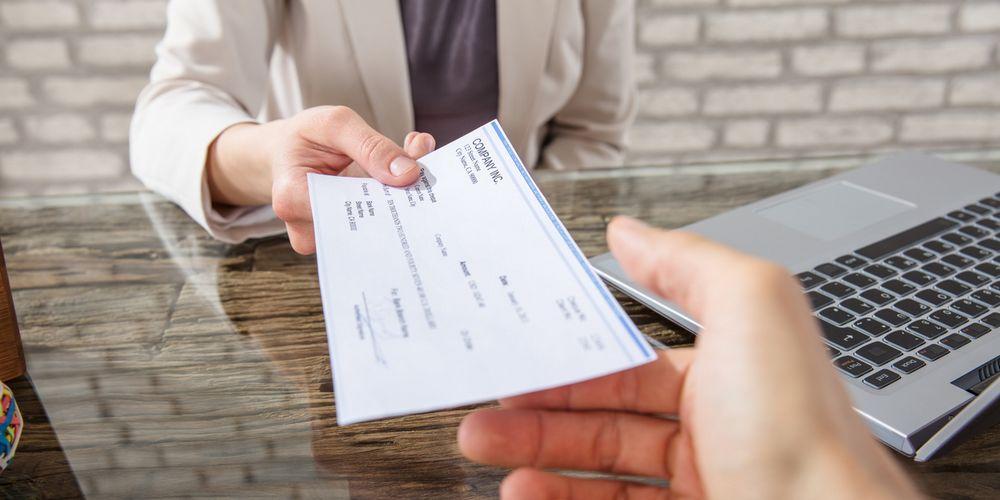 Remise d'un chèque par l'assureur après un sinistre.