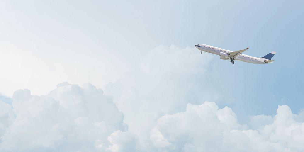 Un avion vole dans le ciel.