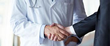 Deux médecins pratiquant le compérage
