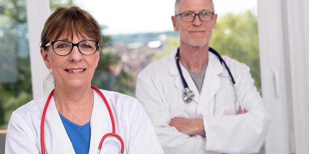 Un médecin et son remplaçant, dans leur cabinet médical.