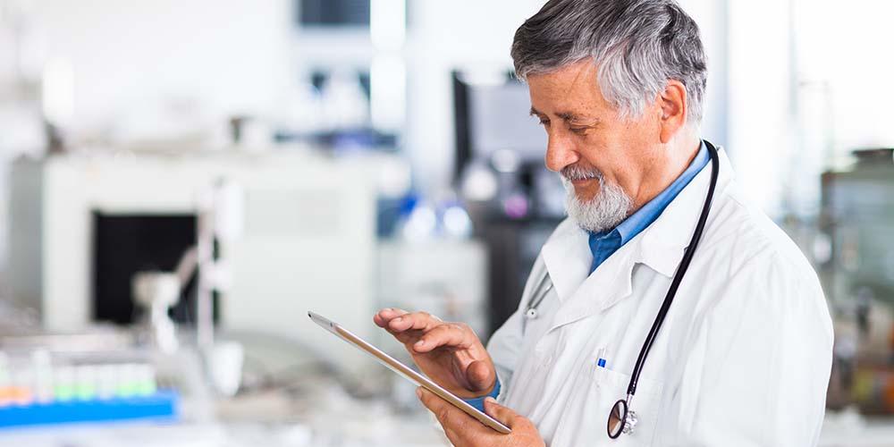un médecin partage des données de santé pour une étude clinique.