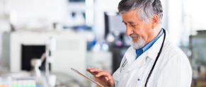 un médecin partage des données de santé pour une étude clinique
