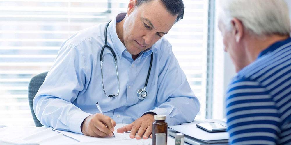 Un médecin en consultation.