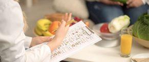 Une nutritionniste donne des conseils à un patient.