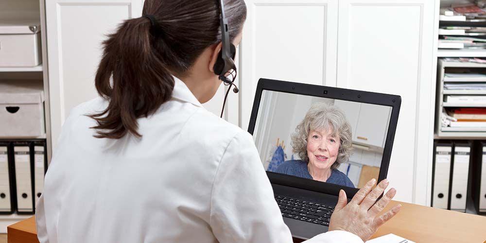 Une femme médecin pratique la télémédecine avec sa patiente.