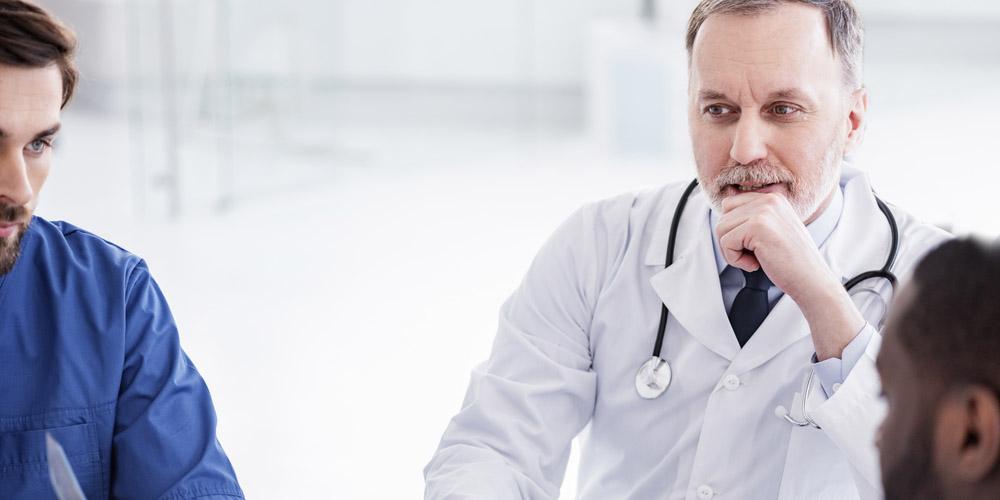 médecins en pleine discussion