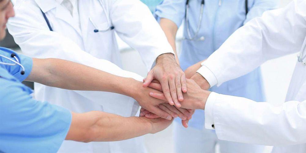 Des médecins travaillent en équipe.