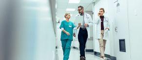 Des praticiens hospitaliers marchent dans un hôpital