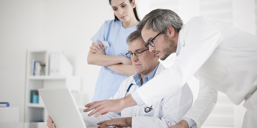 Un professionnel de santé formant ses confrères à la télémédecine