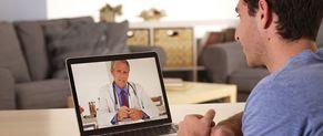 Grâce à la télémédecine, un patient consulte un médecin à domicile
