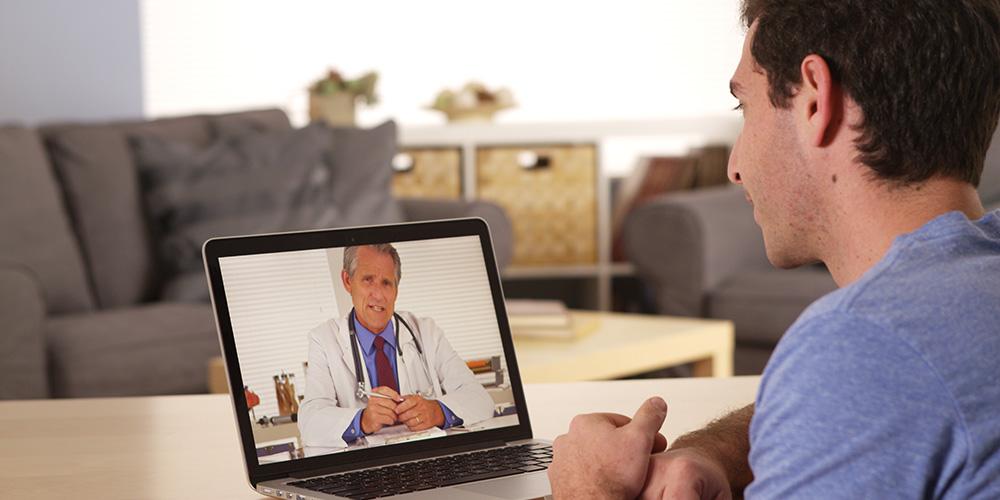 Grâce à la télémédecine, un patient consulte un médecin à domicile.