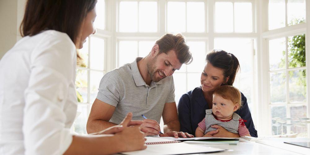 Des parents ouvrent un contrat d'épargne pour leur enfant.
