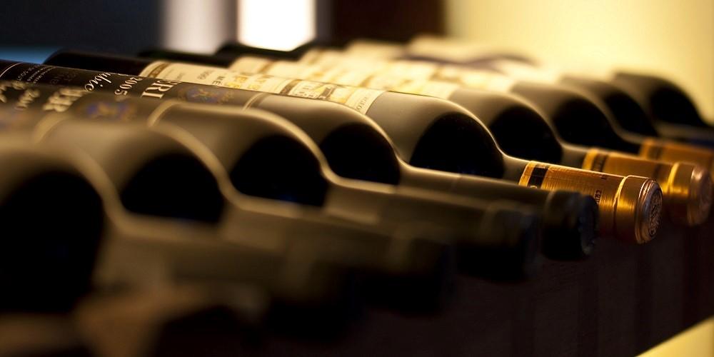 Investir dans le vin est une manière intéressante de diversifier son épargne. Décorrélé des marchés financiers, ce placement doit être envisagé comme un investissement « plaisir », réservé aux amateurs du breuvage.