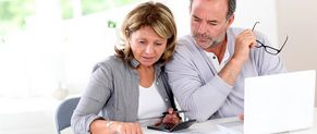 Deux personnes sont en train de calculer leur revenu imposable.